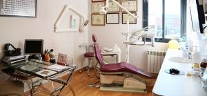 Interior de sala de consulta de dentista odontólogo